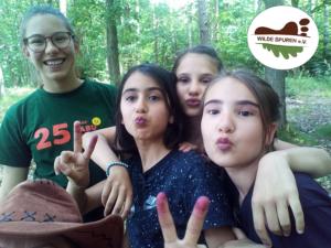 Mädchen-Sommercamp-malen-mit-Beeren+