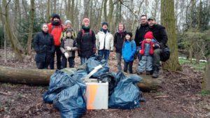Menschen sammeln Müll im wald